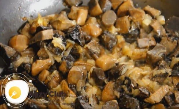 Добавляем к грибам лук и протушиваем все вместе.
