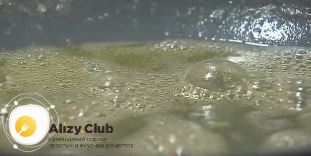 По рецепту. для приготовления жульена с грибами и креветками, спасируйте муку