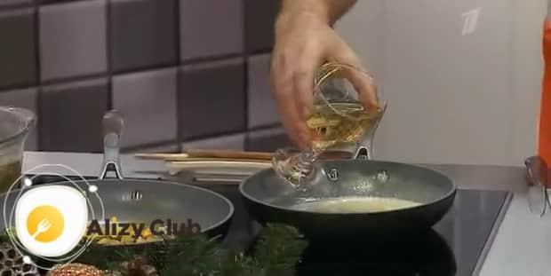 По рецепту. для приготовления жульена с грибами и креветками, добавьте вино