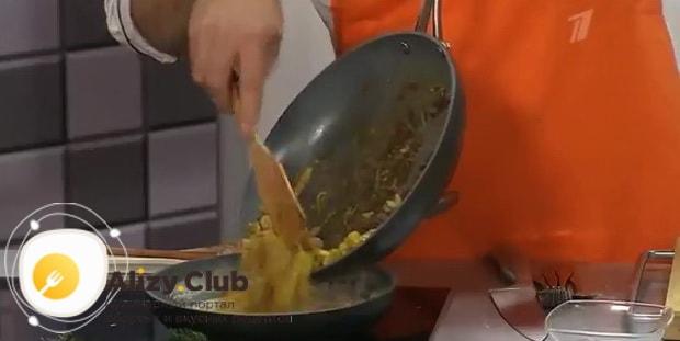 По рецепту. для приготовления жульена с грибами и креветками, соедините ингредиенты
