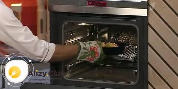 По рецепту. для приготовления жульена с грибами и креветками, включите духовку