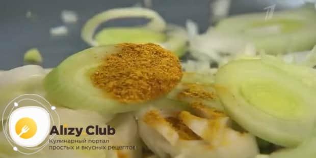 По рецепту. для приготовления жульена с грибами и креветками, добавьте специи