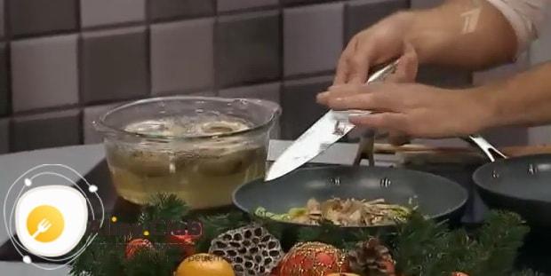 По рецепту. для приготовления жульена с грибами и креветками, обжарьте ингредиенты