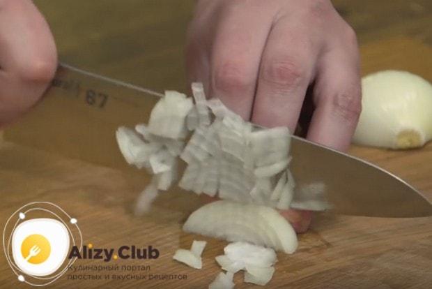 Чтобы приготовить жульен с курицей по классическому рецепту, нам понадобится лук.
