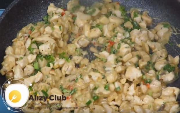 В самом конце выкладываем на сковороду измельченные перец и зелень.