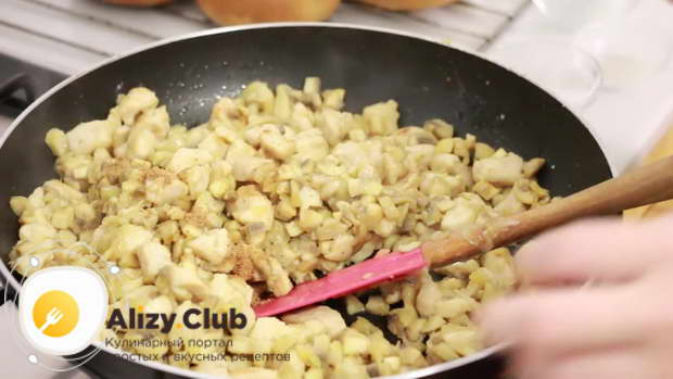 Приправляем смесь небольшим количеством мускатного ореха