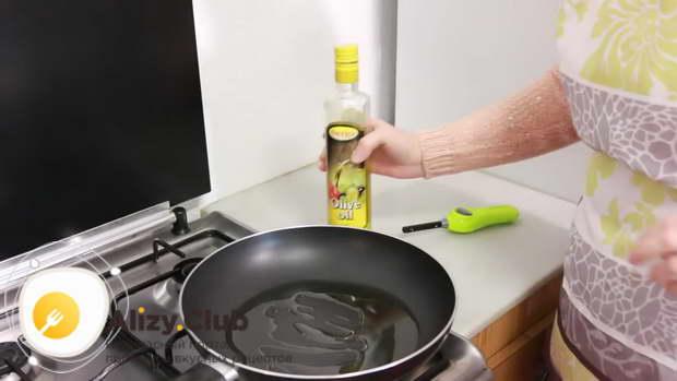 40 мл оливкового масла наливаем на разогретую сковороду и немного нагреваем