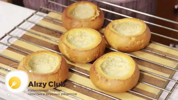 Готовые румяные булочки вынимаем из духовки и даем немного времени остыть