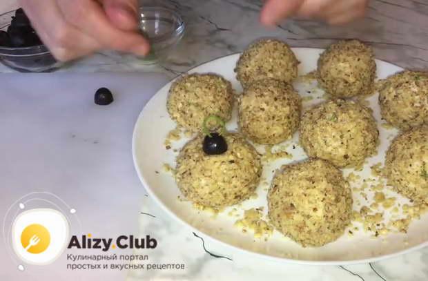 Сверху на каждый шарик ставим по половинке маслины