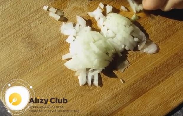 Измельчаем грибы и луковицу.