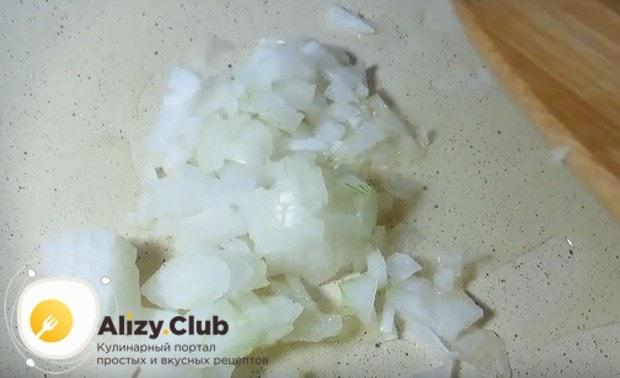 Обжариваем лук на растительном масле.