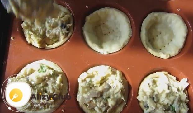 Наполняем начинкой тарталетки и отправляем в духовку.