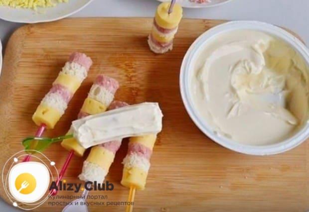 Каждую заготовку обмазываем плавленным сыром.