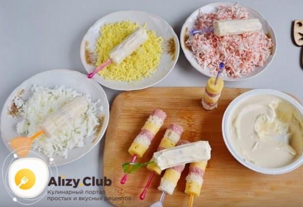 Обмазанную сыром заготовку обваливаем в белках или желтках, или в крабовых палочках.