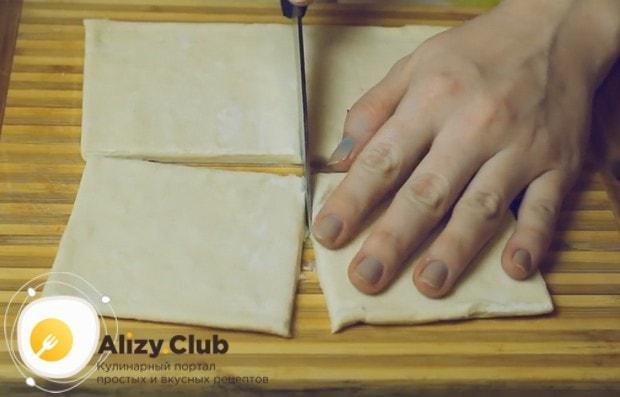 Сначала сделаем сами тарталетки из готового слоеного теста.