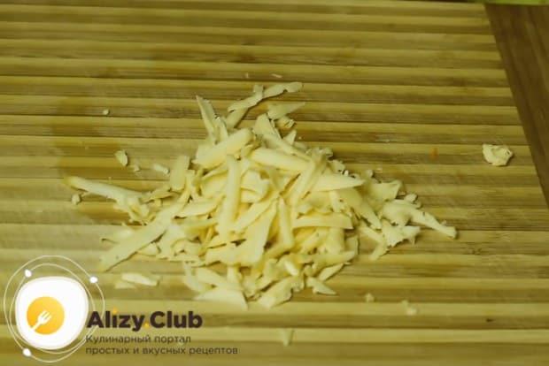 Сыр же натираем на крупной терке.