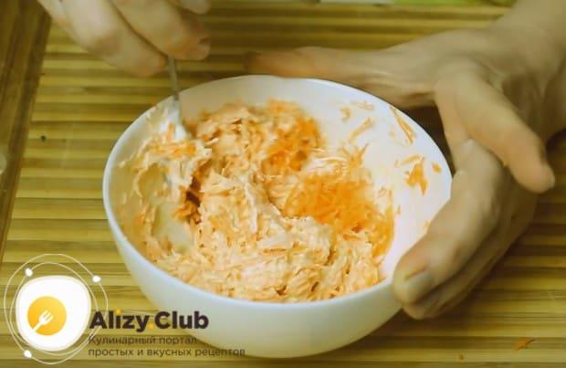 Перемешиваем морковь с майонезом, сыром и чесноком.
