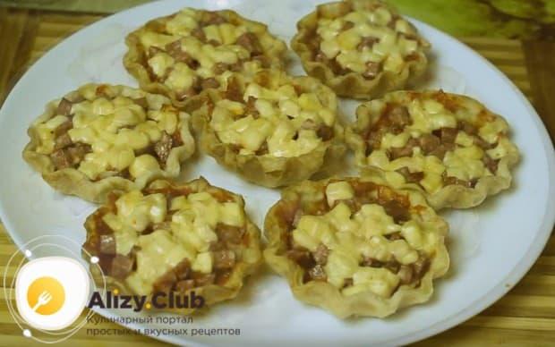 Отправляем на несколько минут блюдо в духовку или микроволновку, чтобы сыр расплавился.