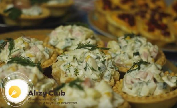 Холодные закуски в тарталетках, приготовленные по такому рецепту с фото, будут достойно выглядеть на любом столе.