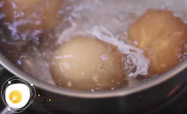 Для приготовления закусочного торта нам понадобятся отваренные вкрутую яйца.