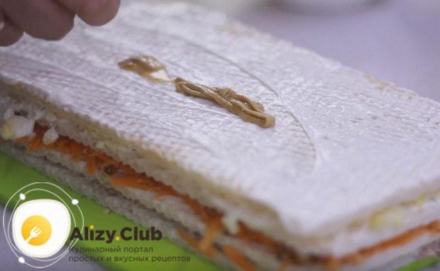 Накрываем торт последним коржом, смазываем майонезом и при желании горчицей.