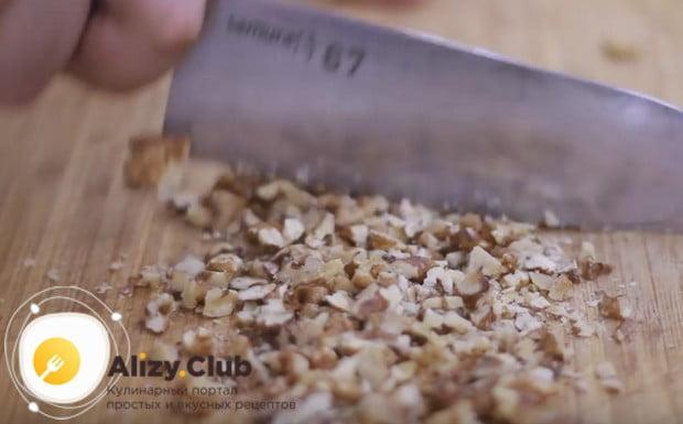 Измельчаем ножом или блендером грецкие орехи.