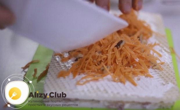 На этот корж выкладываем морковку с орехами.