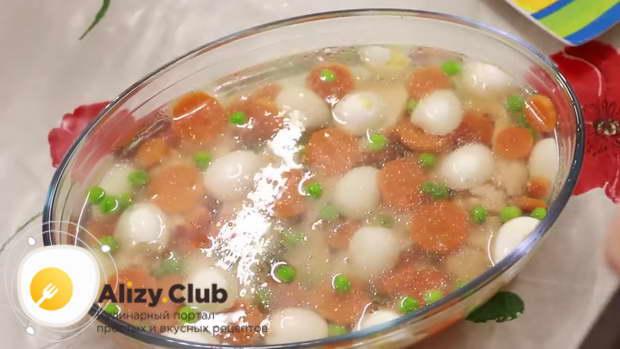 Между ними красиво раскладываем перепелиные яйца, горошек, зерна граната, морковь, лимон, зелень