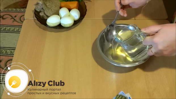 В небольшой миске растворяем 20-23 г желатина в 150-180 мл холодной воды