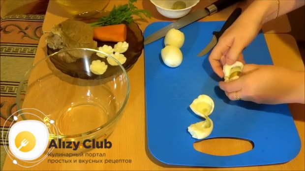 Вареные яйца разрезаем пополам и вынимаем желток