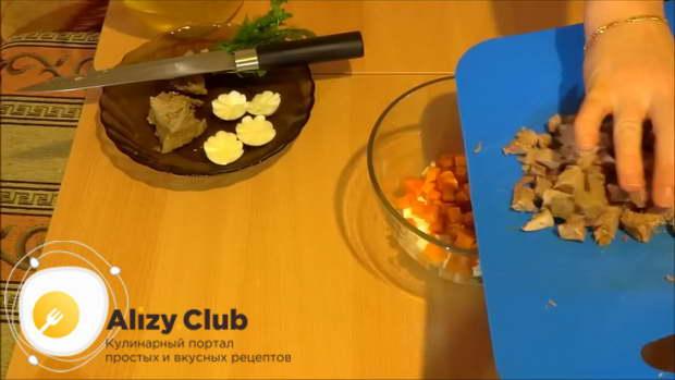 Аналогичным образом нарезаем отварную морковь и говядину