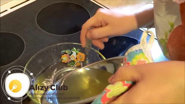 Растворившийся желатин выливаем в теплый бульон