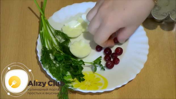 На дно формы выкладываем 5-6 ягод клюквы и листики петрушки