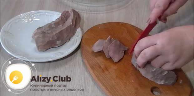 Очищаем языки от шкурки при помощи острого ножа