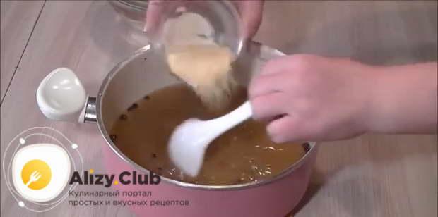 В горячий бульон добавляем быстрорастворимый желатин