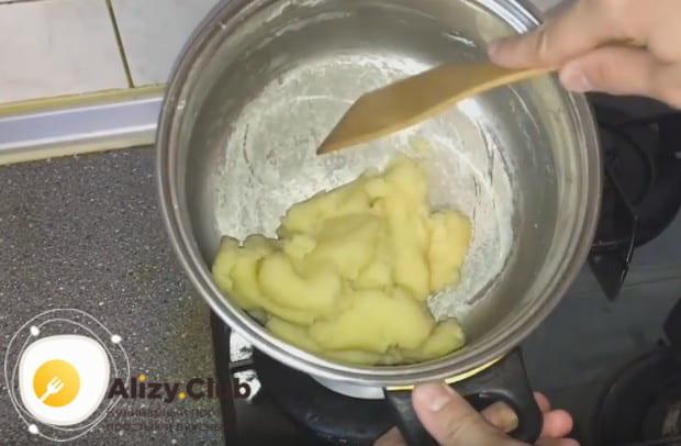 В закипевшую смесь молока и мсла высыпаем сразу всю муку и быстро завариваем тесто.