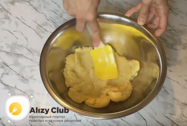 Перекладываем тесто в миску и даем ему немножко остыть.