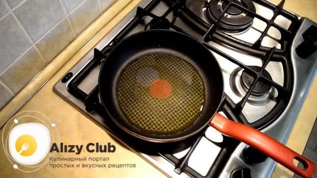 По рецепту для приготовлеия блюда из стручковой фасоли. разогрейте сковороду