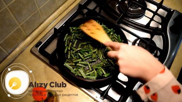 По рецепту для приготовлеия блюда из стручковой фасоли. обжарьте овощи