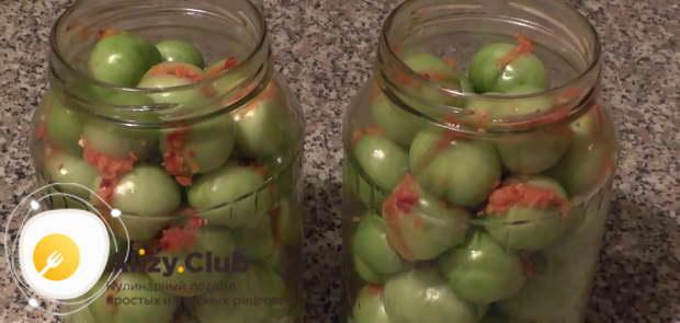 Начиненные помидоры укладывайте в стерилизованную банку