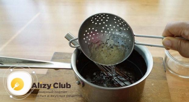 Для пригогтовления зеркальной глазури для торта брауни, добавьте желатин