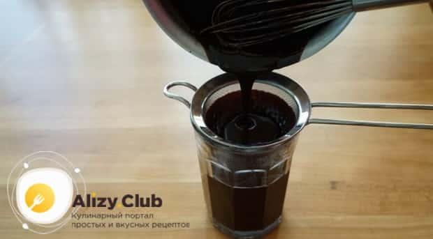 Для пригогтовления зеркальной глазури для торта брауни, протрите ингредиенты через сито