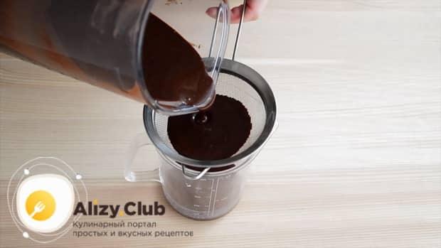 Протрите глазурь для приготовления торта три шоколада через сито.