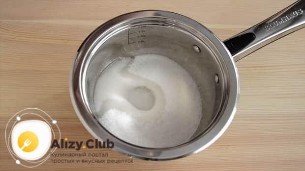 Для приготовления глазури к торту три шоколада, соедините воду и сахар