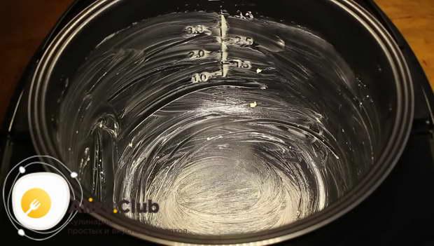 Чашу мультиварки смазываем кусочком (10 г) сливочного масла