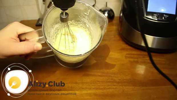 Взбиваем 4 ст. л. сахарной пудры и 180 г сливочного масла миксером