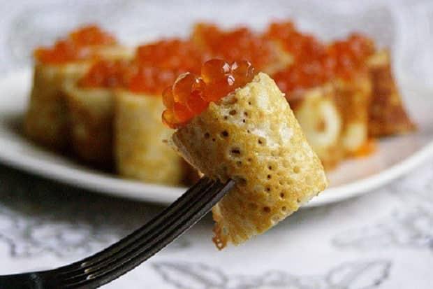 Для приготовления закуски с красной икрой по пошаговому рецепту с фото, подготовьте и заверните блины
