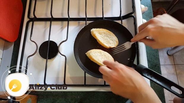 Для приготовления бутербродов с печенью трески обжарьте хлеб