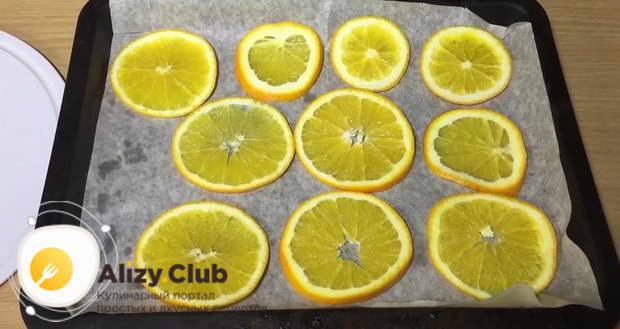 Неплотно выкладываем все апельсиновые ломтики на противень