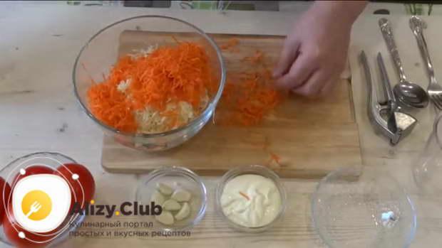 Очистите одну морковь, промойте ее, обсушите и натрите на той же терке